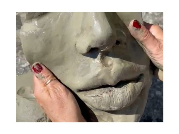 Modellare con le mani l'argilla sabato 26 giugno 2021 in friuli venezia giulia